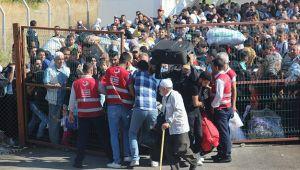 Sınır kapısında 40 derece sıcakta Suriyeli izdihamı