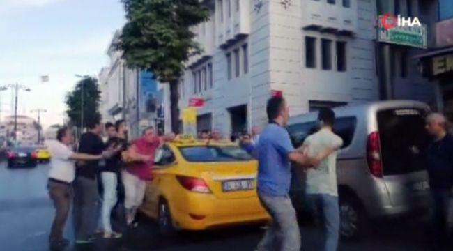 Taksiciyle, yolcunun bıçaklı kavgası
