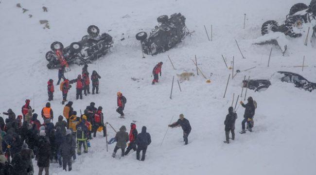 Van'da kurtarma ekiplerinin üzerine çığ düştü: 33 can kaybı, 75 yaralı