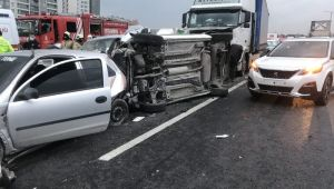 Tem Otoyolu Avcılar Gişeler Mevkii Ankara istikametinde 2 tırın karıştığı zincirleme trafik kazası meydana geldi. Bölgede trafik yoğunluğu oluştu.